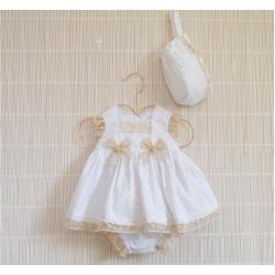 Vestido de bebé blanco con detalles en tostado